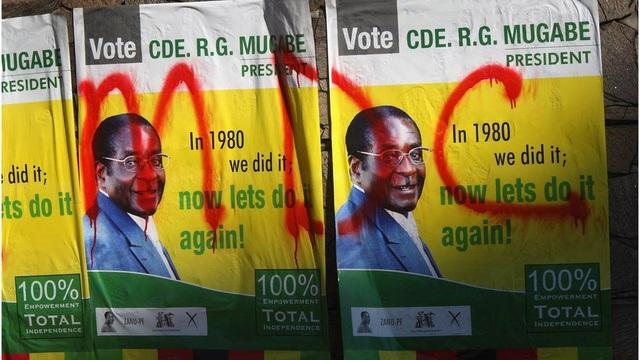 Tuy nhiên thực tế, tỷ lệ tín nhiệm dành cho ông Mugabe giảm mạnh đặc biệt ở các vùng nông thôn Zimbabwe. Điều này dẫn đến việc ông thất bại trong vòng tranh cử tổng thống đầu tiên vào năm 2008, và chỉ chiến thắng sau khi phe đối lập rút lui. (Ảnh: AFP)