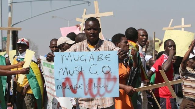 Đảng cầm quyền ZANU-PF của ông chiến thắng trong cuộc tổng tuyển cử năm 2013 sau 4 năm tồn tại của một chính phủ chia sẻ quyền lực. Các chính sách của đảng này đã dẫn đến tình trạng khan hiếm tiền mặt trầm trọng ở Zimbabwe và kéo theo các cuộc biểu tình phản đối chính phủ. (Ảnh: AFP)