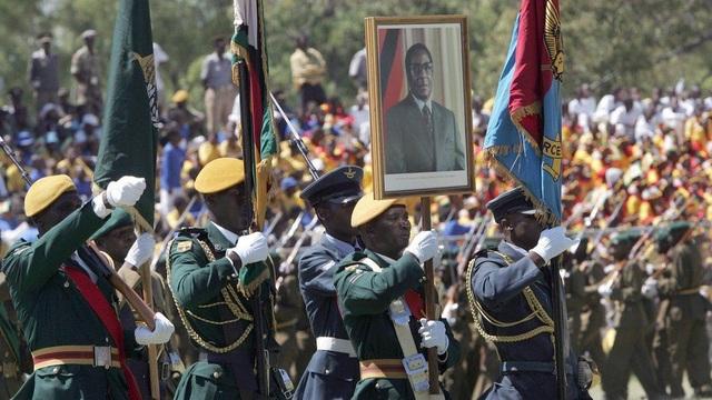 Tuy nhiên, lực lượng an ninh vẫn trung thành tuyệt đối với ông Mugabe cho tới khi bà Grace lộ rõ tham vọng quyền lực, muốn kế nhiệm chồng trong cuộc bầu cử vào năm sau. Tham vọng này đã khiến quân đội dưới sự chi phối của cựu Phó Tổng thống tiến hành một cuộc chính biến gây sức ép buộc nhà Mugabe từ bỏ quyền lực. (Ảnh: AFP)