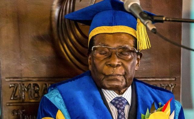 Quân đội Zimbabwe gây sức ép bằng mọi cách để buộc ông Mugabe từ chức, mặt khác phủ nhận đây là một cuộc đảo chính. Về phần mình, ông Mugabe chấp thuận từ chức với các điều khoản cho phép ông có thể thoát luận tội và tị nạn ở nước ngoài. Một số nguồn tin nói rằng, ông Mugabe có thể ra ngời ngay sau khi từ chức và có thể xin tị nạn ở Nam Phi. (Ảnh: AFP)