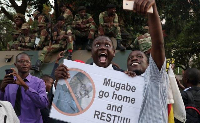 Quyết định từ chức của ông Mugabe đã khiến Zimbabwe vỡ òa trong vui mừng. (Ảnh: Reuters)