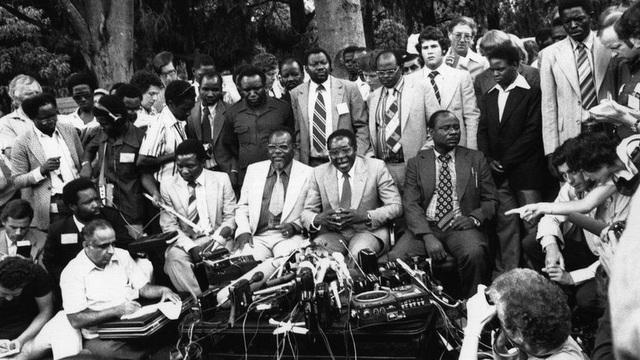 Ông trở về nước khoảng hơn 1 tháng trước cuộc tổng tuyển cử sau khoảng 10 năm sống lâu vong. Ông trở thành Thủ tướng Zimbabwe từ năm 1980 đến năm 1987 trước khi trở thành tổng thống từ năm 1987 đến nay. (Ảnh: Getty)