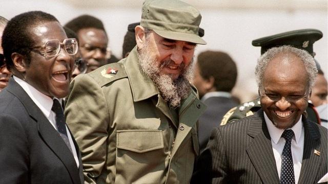 Trong những năm nhiệm sở đầu tiên, ông có cơ hội tiếp xúc với nhiều nhà lãnh đạo trên thế giới, trong đó có Chủ tịch Cuba Fidel Castro thăm Zimbabwe năm 1986. (Ảnh: AFP)