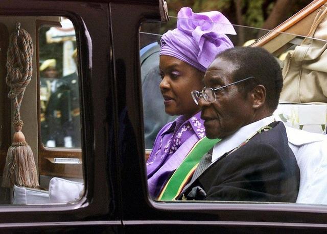 Năm 1996, ông kết hôn với nữ thư ký Grace Marufu vài năm sau khi người vợ đầu qua đời. Họ có 1 người con chung và 2 người con riêng của bà Grace. Cũng trong khoảng thời gian này, nền kinh tế Zimbabwe bị tác động tiêu cực bởi quyết định của chính phủ nhằm can thiệp quân sự ở Congo. (Ảnh: AFP)