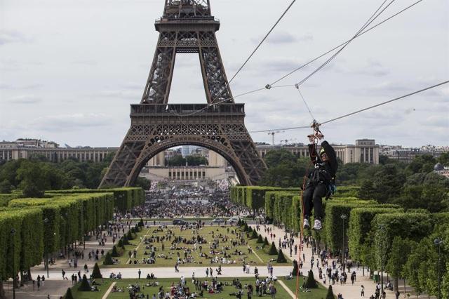 Du khách bay vèo vèo trên tháp Eiffel bằng đường dây trượt zipline