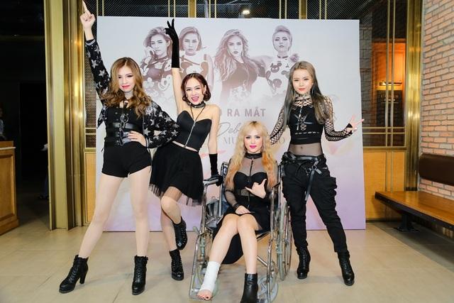 Trong ngày ra mắt MV debut, 4 cô nàng xuất hiện trong trang phục đen cá tính, quyến rũ.