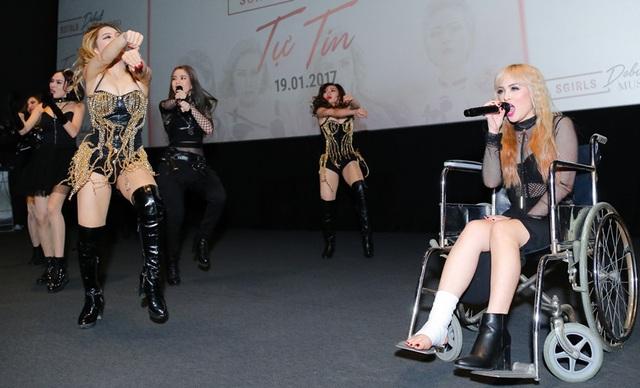 Trong phần trình diễn tại buổi ra mắt, nữ rapper ngồi xe lăn vẫn đọc rap trôi chảy, hỗ trợ phần trình diễn của các thành viên còn lại.