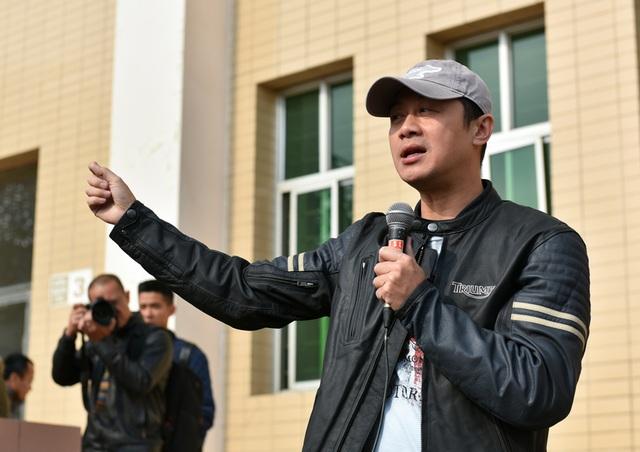 MC Anh Tuấn có mặt từ sớm. Anh cũng là người đề nghị đoàn diễu hành mang thông điệp Vì một cộng đồng khoẻ mạnh.