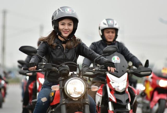 Nữ biker xinh đẹp tham gia đoàn diễu hành.