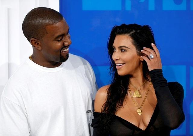 Kim Kardashian và Kanye West đã chính thức lên bố mẹ lần thứ 3, cặp đôi thông báo: Chúng tôi rất vui mừng khi được thông báo rằng giấc mơ của chúng tôi đã thành hiện thực. Món quà tuyệt vời nhất chúng tôi đã nhận được là sự chào đời của con gái cưng. Chúng tôi xin cảm ơn các bác sỹ và y tá đã chăm sóc mẹ và con.