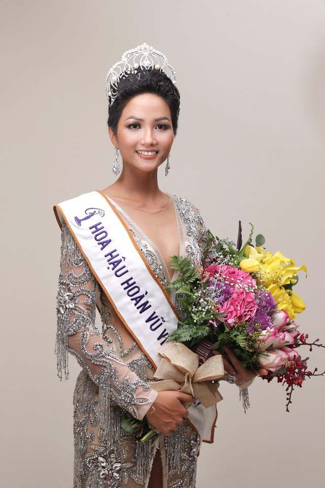 Tân hoa hậu cao 1m72, với các số đo 84 – 60 – 93, đến từ Đắk Lắk. Ngoài những giải thưởng có giá trị, Hoa hậu H'hen Niê còn được trao quyền đại diện Việt Nam tại cuộc thi Hoa hậu Hoàn vũ Thế giới 2018.