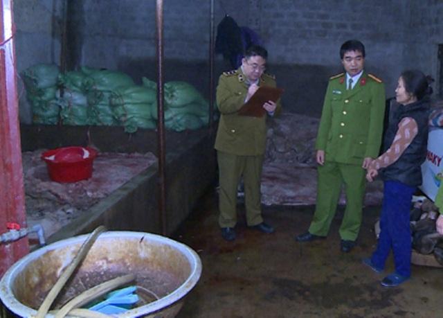 Cảnh sát môi trường kiểm tra và phát hiện hơn 1 tấn thực phẩm bốc mùi ôi thiu chuẩn bị được đưa đi Hà Nội tiêu thụ