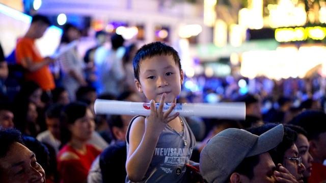 Một em nhỏ phấn khích xoay cùng điệu nhạc