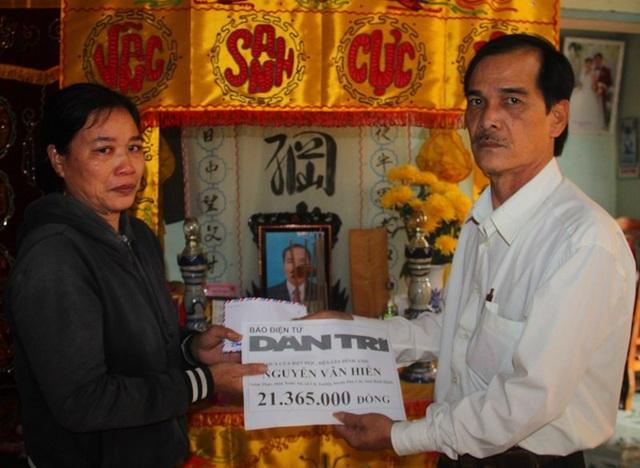 Thay mặt báo Dân trí, đại diện lãnh đạo xã Cát Tường, huyện Phù Cát (Bình Định) trao tiền bạn đọc đến hoàn cảnh gia đình cô giáo Sâm.