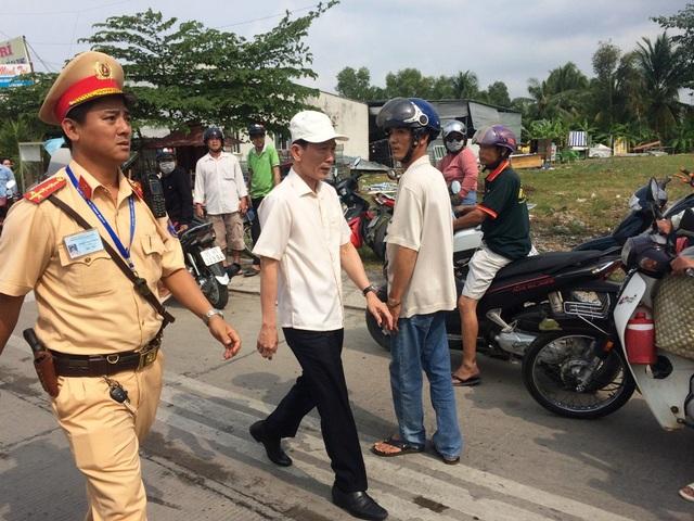 Khoảng 14h Chủ tịch UBND Tp Cần Thơ Võ Thành Thống trực tiếp đến trạm BOT Cần Thơ - Phụng Hiệp yêu cầu xả trạm