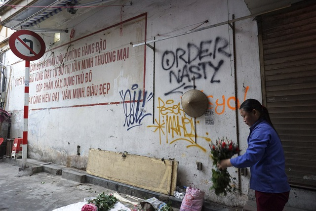 Trong khu phố cổ Hà Nội, hầu như cứ có mảng tường nào còn trống là lập tức bị phun sơn dòng chữ hay vẽ tranh. Trong ảnh là mảng tường ở phố Gia Ngư bị vẽ bẩn.