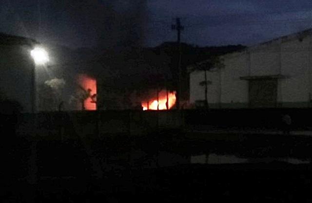 Đám cháy bên trong nhà máy cồn Đại Tân