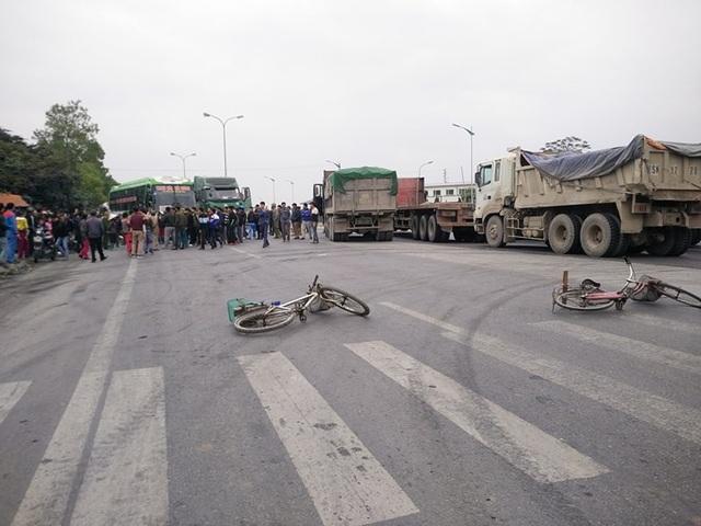 """Hàng trăm người dân chặn xe phản đối chính quyền """"bán"""" đường dân sinh - 1"""