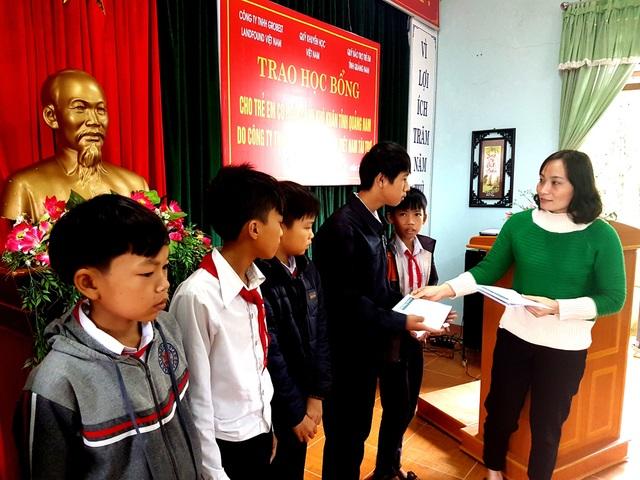 Đại diện Grobest Việt Nam trao học bổng đến các em học sinh trường THCS Lê Lợi (TP Tam Kỳ)