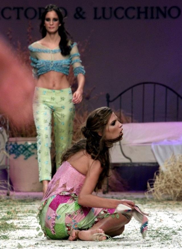 Người mẫu này dường như đã bị mất một chiếc giày sau cú ngã tại show trình diễn thời trang ở Madrid hồi năm 2000.