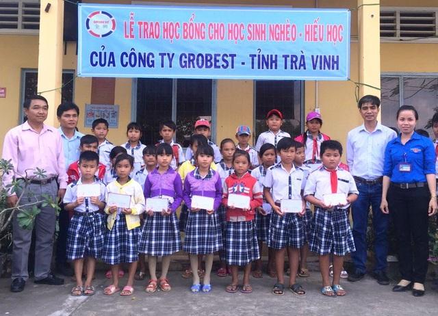 Các địa biểu, đại diện công ty Grobest Việt Nam chụp ảnh lưu niệm với các em học sinh trường tiểu học Long Hòa