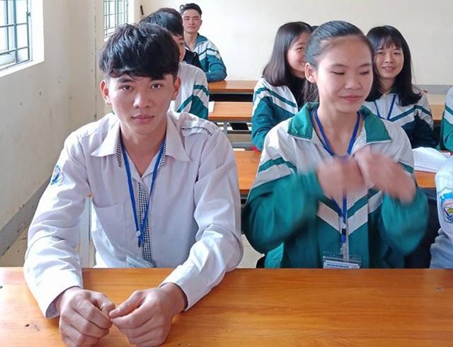 Em Nguyễn Xuân Đạt (áo trắng) - Cậu học trò trả lại 30 triệu đồng cho người đánh rơi.