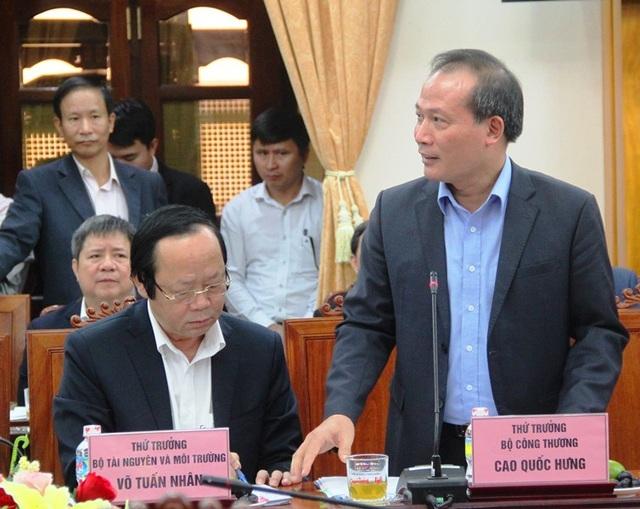 Thứ trưởng Bộ Công thương Cao Quốc Hưng báo cáo Thủ tướng Nguyễn Xuân Phúc về dự án kéo lưới điện quốc gia cho xã đảo Nhơn Châu (tỉnh Bình Định).