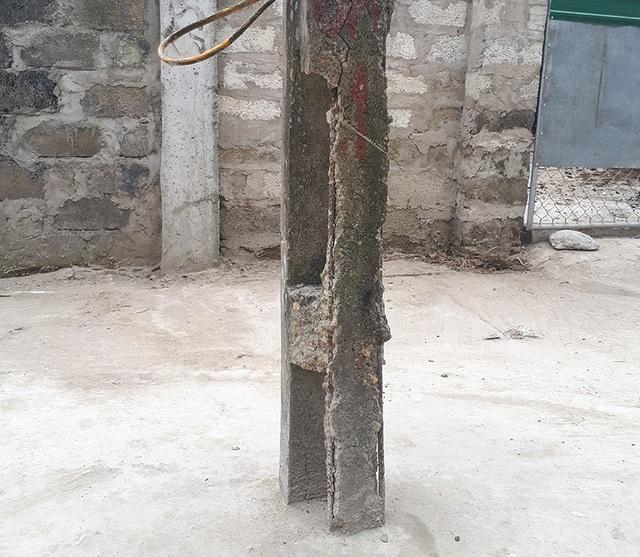 Chân cột điện xuống cấp bong tróc, lòi cả cốt thép.