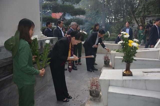 Chủ tịch Quốc hội thắp hương tại Khu mộ 10 cô gái Ngã ba Đồng Lộc.