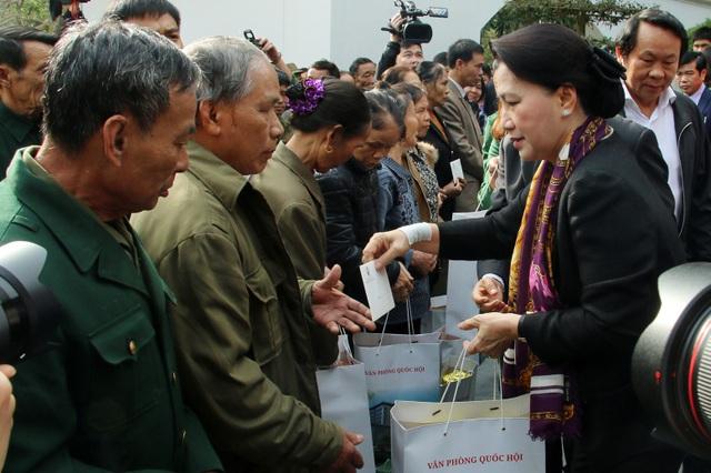 Chủ tịch Quốc hội trao quà cho các đối tượng chính sách thôn Thượng Hải, xã Thạch Hải.