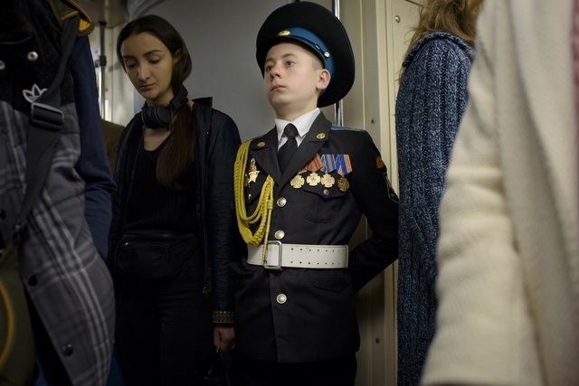 Hệ thống tàu điện ngầm ở Moscow được đặt theo tên của lãnh tụ Vladimir Ilyich Lenin. Theo thống kê của sở giao thông Moscow, hệ thống tàu điện ngầm này đón hơn 8 triệu lượt khách mỗi ngày, là hệ thống tàu điện ngầm nhộn nhịp nhất ở châu Âu và giữ kỷ lục thế giới về khả năng đúng giờ. Trong ảnh: Một thiếu sinh quân Nga đi tàu điện ngầm ở Moscow.