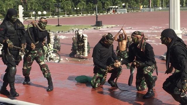 Các quân nhân Indonesia trình diễn với rắn. (Ảnh: AP)