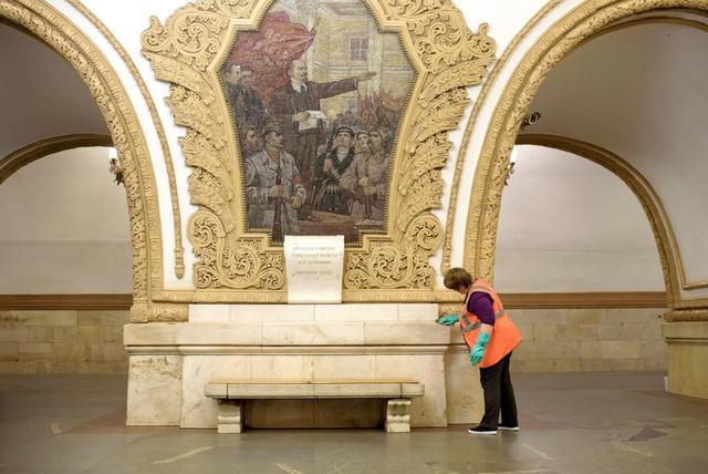 Theo Washington Post, hệ thống tàu điện ngầm ở thủ đô Moscow được xem là một trong những công trình đẹp nhất thế giới. Vào năm 1933, những kiến trúc sư Liên Xô giỏi nhất đã để lại cho muôn đời sau một trong những di sản văn hóa ấn tượng nhất trong lịch sử nước Nga. Tại nhà ga Kievskaya, đá cẩm thạch được các công nhân vệ sinh lau chùi 3 lần một ngày. Nhà ga này được mở cửa từ năm 1954.