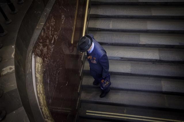 Nhà ga Plotschad Revolutsyii được thiết kế bằng đá cẩm thạch màu nâu đậm và với 76 tượng đồng trang trí. Những người dân Moscow thỉnh thoảng chạm vào các bức tượng này. Một số người tin rằng chúng có thể mang lại may mắn.