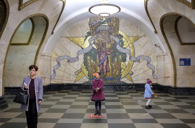 Nhà ga Novoslobodskaya là một trong những điểm đến yêu thích của khách du lịch cũng như người Nga bản địa. Được mở cửa từ năm 1952, nhà ga này là biểu tượng của chủ nghĩa xã hội cũng như vẻ đẹp của Liên Xô trước đây.