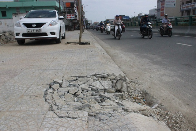 Sụt lún, nứt vụn trên vỉa hè thuộc đường Điện Biên Phủ ngay bên cạnh Hầm chui Điện Biên Phủ - Nguyễn Tri Phương dù mới hoàn thành cách đây chưa lâu