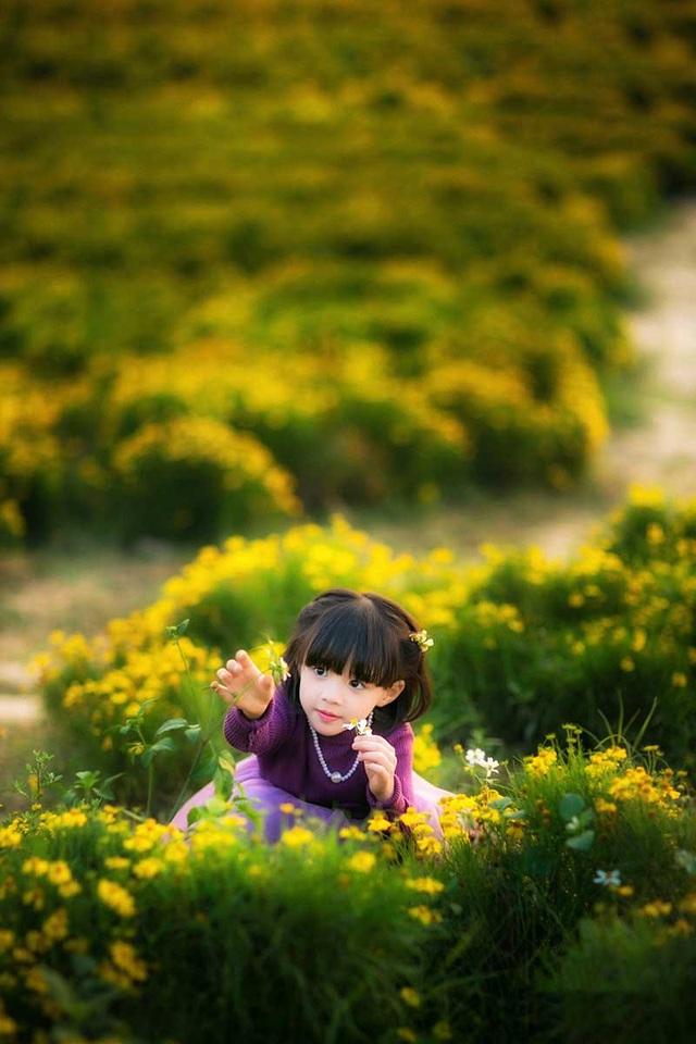 """Những hình ảnh """"không thể không yêu"""" của bé gái Hà thành khiến chúng ta không khỏi xuyến xao."""