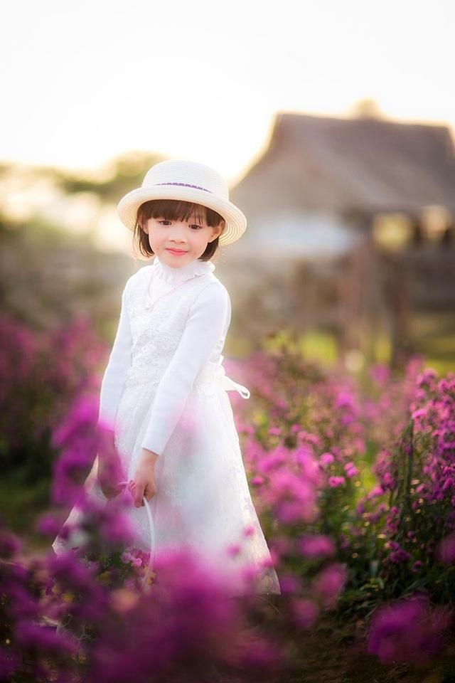 """Vốn là một cô bé năng động, yêu thích chụp ảnh nên Tuệ Lâm không hề ngại ngùng hay tỏ ra lúng túng trước máy ảnh. Những bức ảnh của bé được ví như """"thiên thần"""", ngắm nhìn những khoảnh khắc này bạn sẽ cảm nhận được sự nhẹ nhàng, an nhiên sau những mỏi mệt của cuộc sống đời thường."""