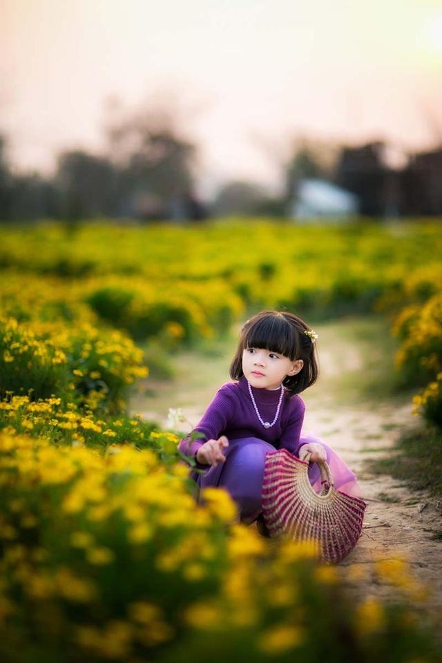Bé gái trong bộ ảnh này chính là Trần Hà Tuệ Lâm, hiện đang là học sinh lớp 1 tại một trường Tiểu học ở Hà Nội.