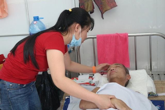 Cô con gái Thảo Linh phải bỏ tất cả công việc để lo cho cha. Nhà chỉ có hai cha con nương tựa nhau mà sống trong cảnh nghèo khó, nên từ ngày ông nhập viện khiến cuộc sống gia đình càng thêm túng quẩn