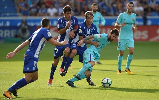 Messi tỏa sáng với cú đúp vào lưới Alaves ở lượt đi