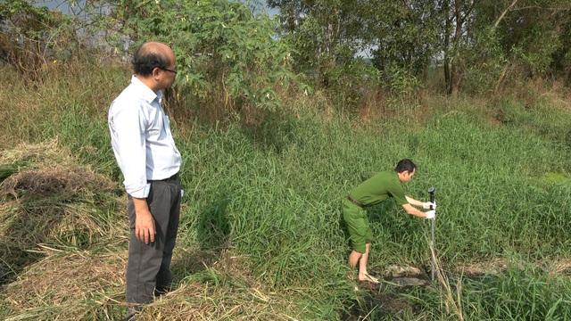 Cán bộ phòng Cảnh sát Môi trường lấy mẫu nước thải giám định