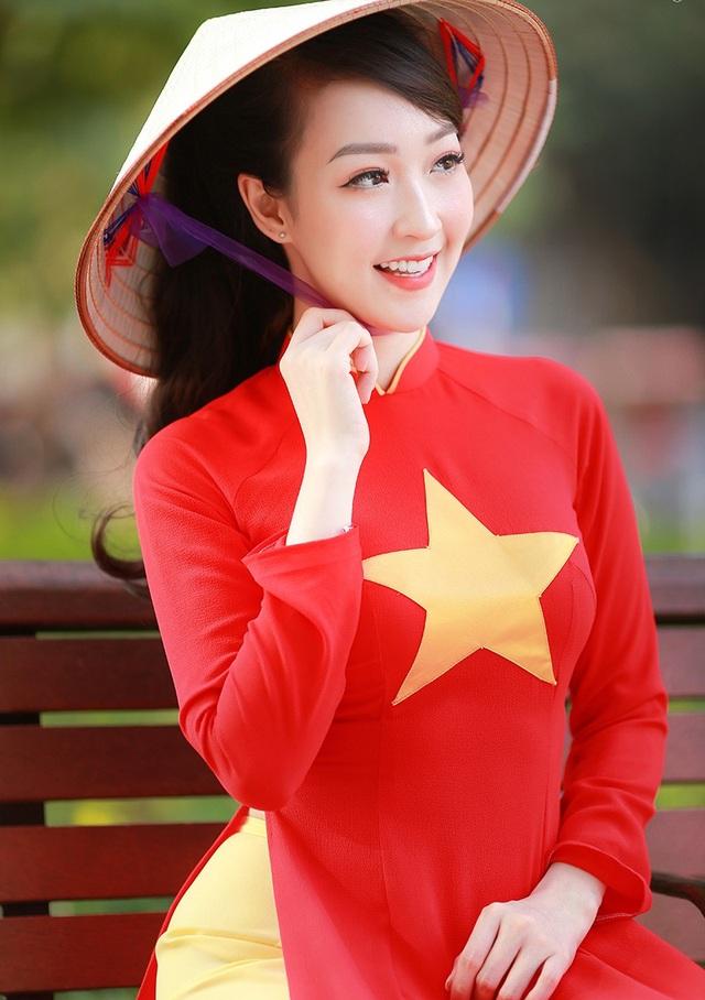 """Kiều Nhi cho biết cô vô cùng phấn khởi và tự hào khi thực hiện bộ ảnh độc đáo này. Với trang phục áo dài in hình cờ Tổ quốc cùng chiếc nón lá """"rất Việt Nam"""" Kiều Nhi tỏa lên nét rạng ngời vô cùng thu hút của người phụ nữ Việt."""