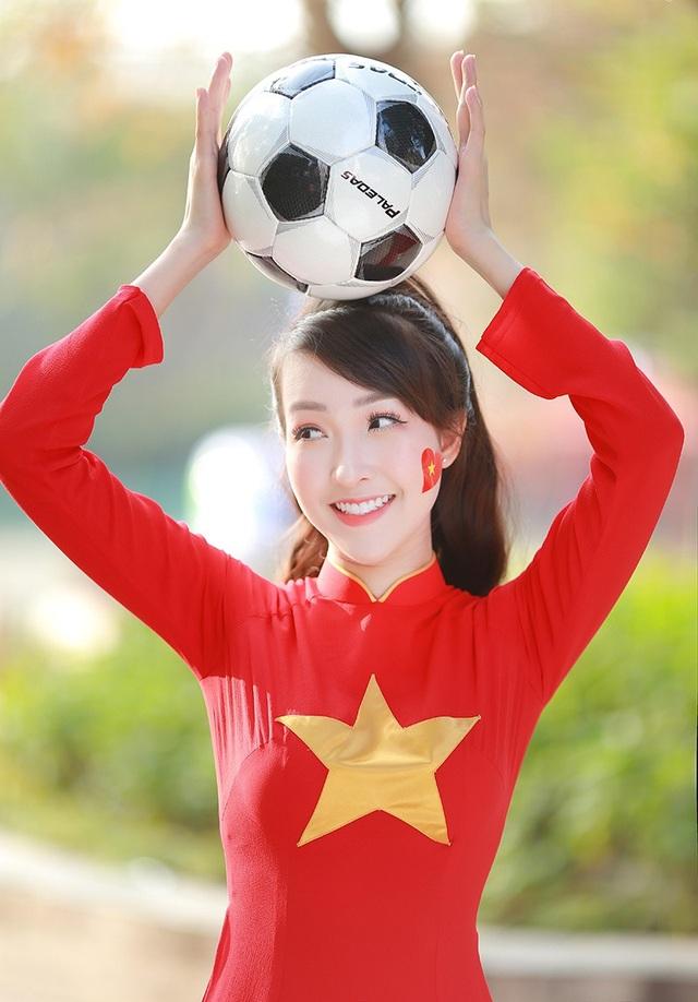 """Nhắc đến trận bán kết """"làm nên lịch sử bóng đá"""" nước nhà vừa rồi, Kiều Nhi vẫn không giấu nổi sự hạnh phúc mà bộc bạch: """"Đó là một ngày không thể quên, những cú sút tuyệt vời, một trận bán kết đầy cảm xúc và thật tự hào về tinh thần quả cảm của các tuyển thủ U23 Việt Nam""""."""
