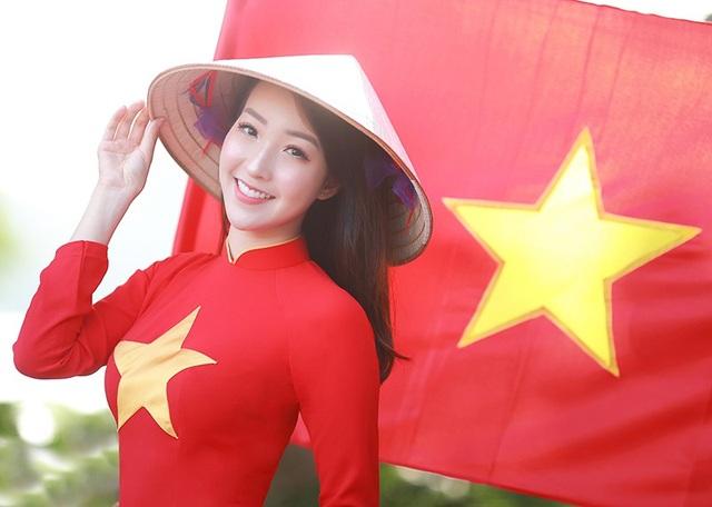 """""""Hàng triệu trái tim Việt Nam đang hướng về những chàng trai U23 Việt Nam, chúc cho toàn thể các cầu thủ của chúng ta sẽ giữ vững tinh thần thi đấu thật tốt. Kiều Nhi rất đón chờ trận chung kết!"""", cô nhắn gửi đến các chàng trai U23 Việt Nam."""