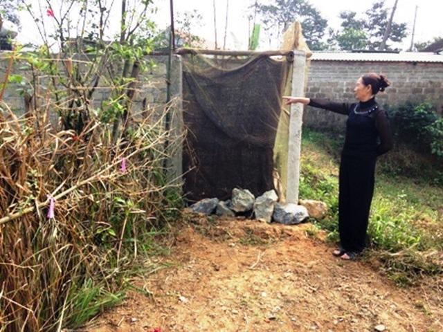 Việc ông Đinh Văn Nông rào bịt con đường trên khiến gia đình bà Nguyễn Thị Lượng và nhiều hộ dân xung quanh đi lại rất khó khăn