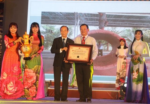 Dịp này, Tổ chức Kỷ lục Việt Nam trao chứng nhận xác lập kỷ lục Chiếc trống độc mộc bằng gỗ Sến lớn nhất Việt Nam cho Công ty Trách nhiệm hữu hạn Một thành viên Khu Du lịch Văn hóa Phương Nam.
