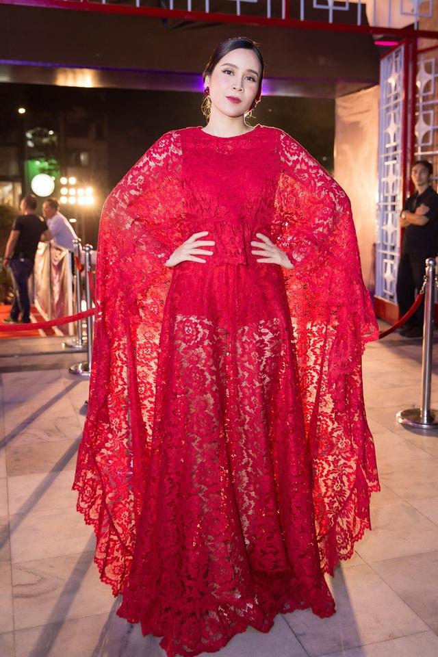 """Lưu Hương Giang chọn một thiết kế sành điệu, bánh bèo với lớp ren xuyên thấu. Nữ ca sĩ """"Đừng ngoảnh lại"""" còn sở hữu phong cách thời trang thảm đỏ sexy, gợi cảm."""