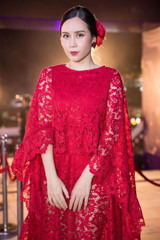 """Lưu Hương Giang ngoài ca hát cũng được biết đến với hình ảnh bà mẹ bỉm sữa hot trên cộng đồng mạng vì quá trình giảm cân """"ngoạn mục"""" sau sinh và duy trì phong độ thời trang quyến rũ không kém gái chưa chồng."""