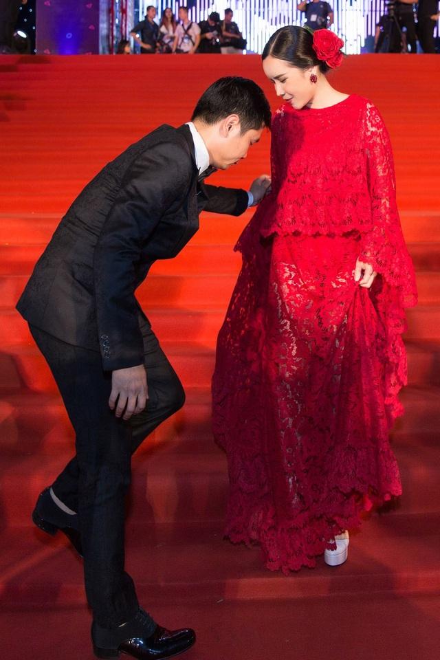 Nam nhạc sĩ nắm trong tay hàng loạt chương trình truyền hình thực tế ăn khách cúi khom người, tỉ mẩn chỉnh trang đầm dạ hội cho vợ khiến nhiều người chú ý.